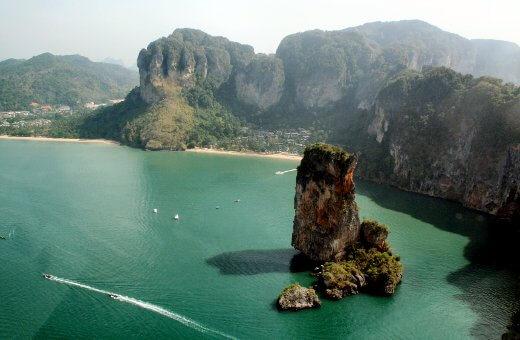 Découvrez la superbe baie de Phang Nga dans le sud de la Thaïlande